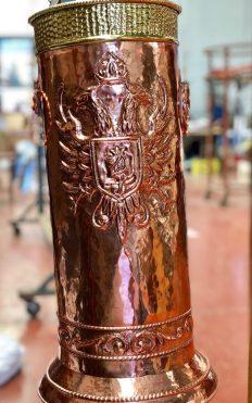 Baño de cobre en jarra metálica