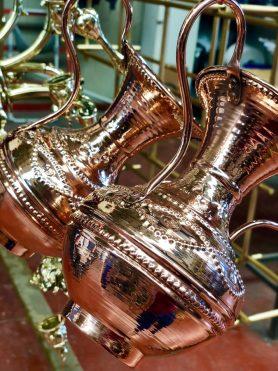 Baño de cobre en jarrones de metal